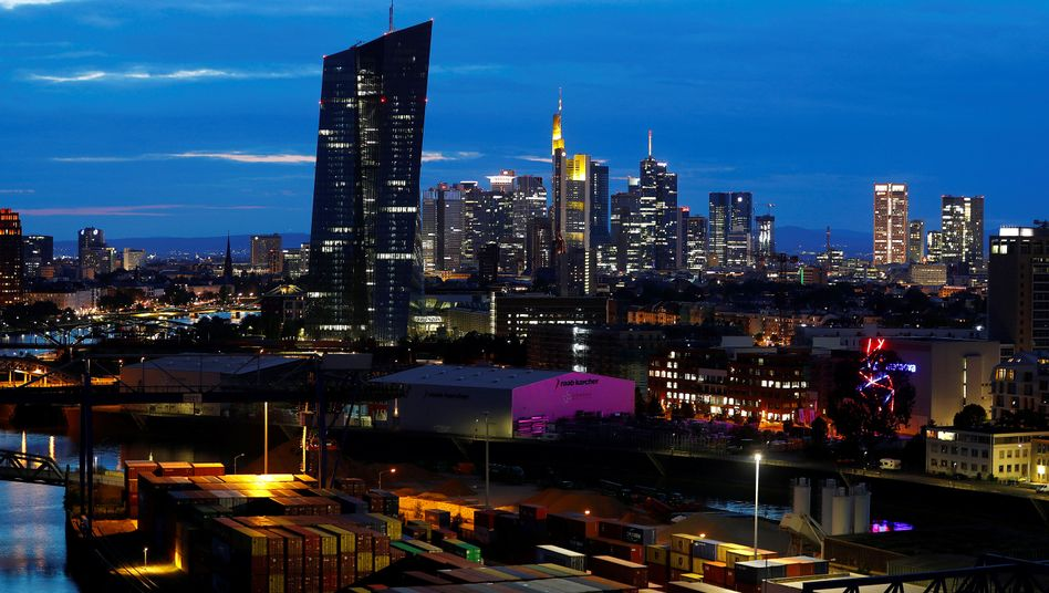 Frankfurter Skyline: Im Zusammenhang mit Cum-Ex-Geschäften ist ein Mann festgenommen worden