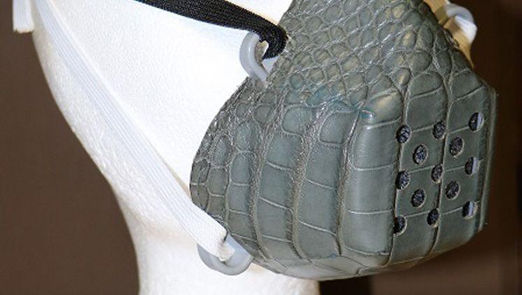 Schutzmaske aus Krokodilleder