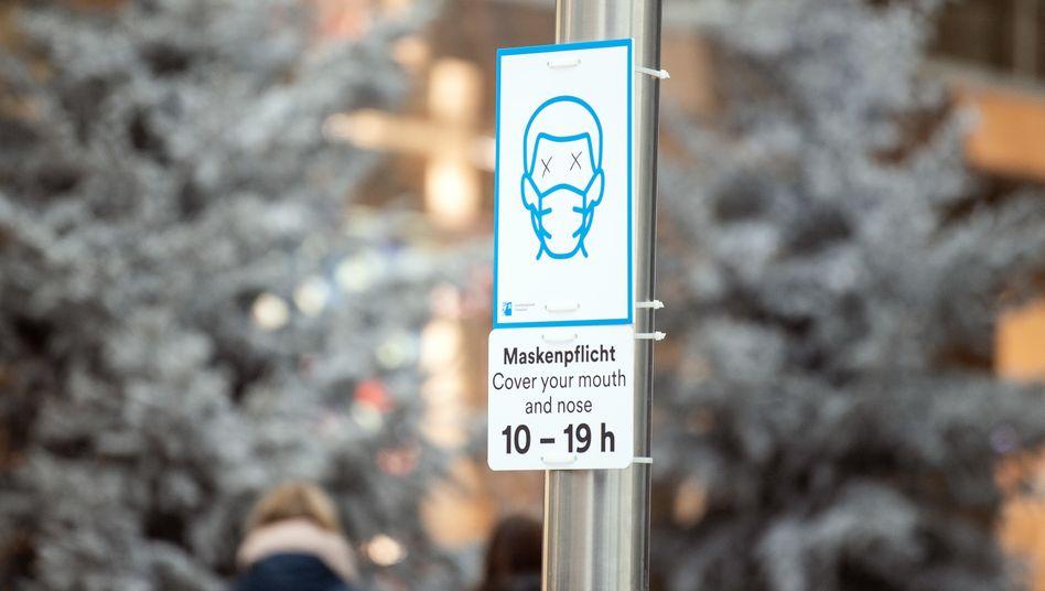 Ein Schild in Düsseldorf weist auf das Einhalten der Maskenpflicht hin
