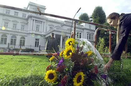 Vor dem Gereralkonsulat in Hamburg
