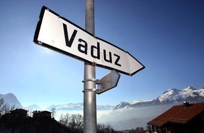 """Ein Wegweiser nahe Vaduz: Liechtenstein ermittelt gegen """"unbekannte Täter"""""""