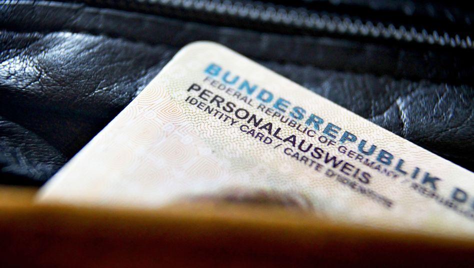 """Personalausweis (Archivbild): """"Wir hätten auch nicht zugelassen, dass jemand sein Kind 'Angela Merkel' nennt"""""""