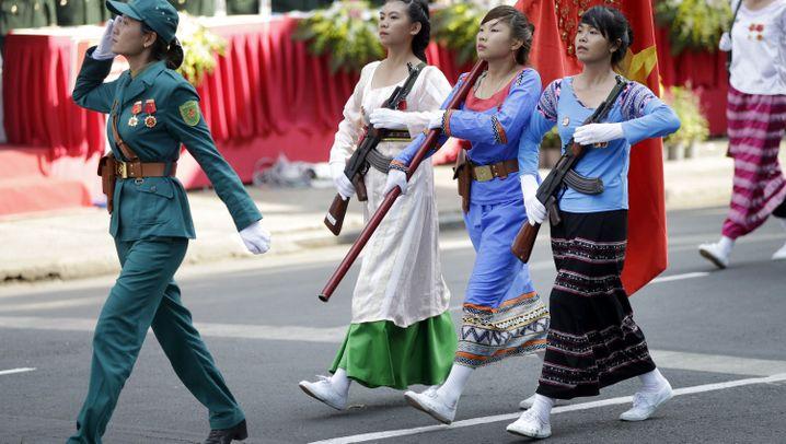 Parade in Vietnam: Buntes Treiben, klare Botschaft