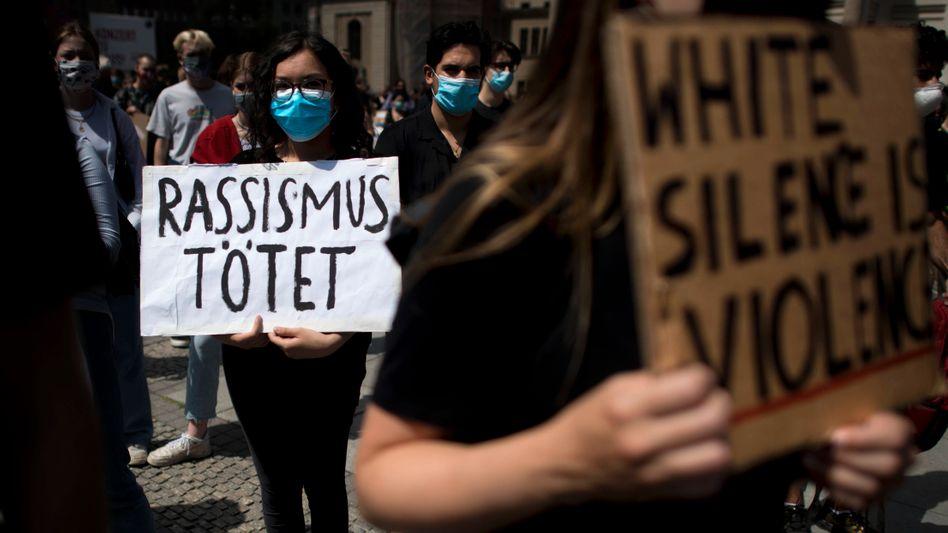 Eine Demonstrantin auf einer Anti-Rassismus-Demo in Berlin im vergangenen Sommer