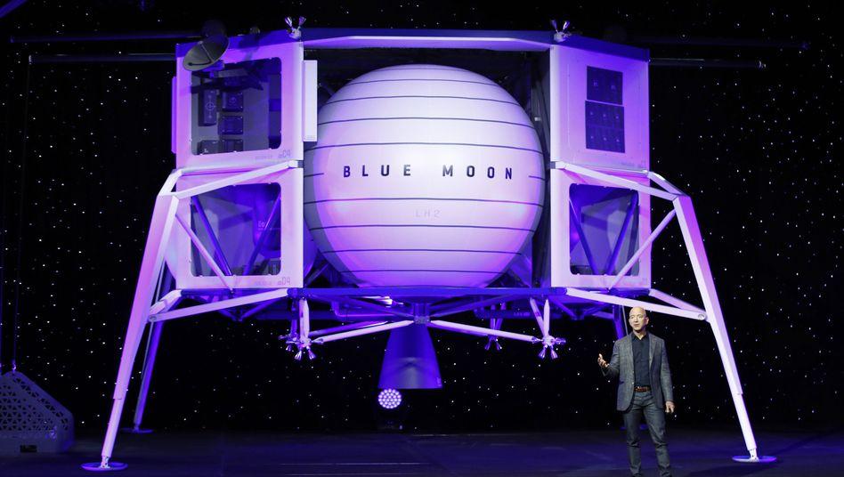 Jeff Bezos neben dem Modell der Mondlandefähre Blue Moon