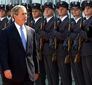 """US-Präsident Bush in Polen (2001): """"Wir kennen Amerika gar nicht, aber würden unser Leben dafür geben"""""""