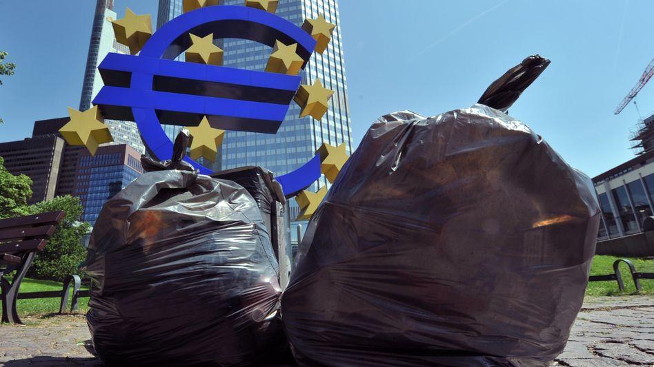 Müllsäcke vor der Europäischen Zentralbank (EZB): Sorge um den Euro