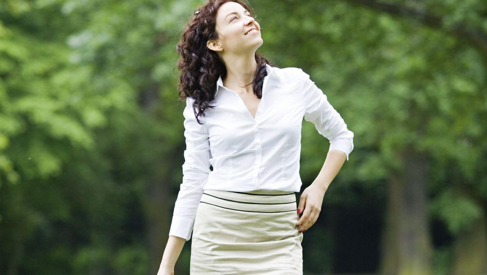 Achtsam beim Spaziergang im Park: Einfach mal ohne festes Ziel gehen und beobachten