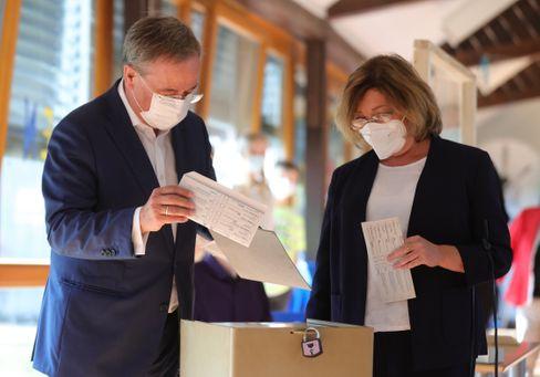 Armin Laschet und seine Frau Susanne bei der Stimmabgabe mit den einsehbaren Stimmzetteln