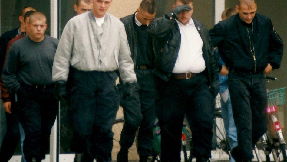 Böhnhardt (graue Jacke) und Mundlos (rechts) mit weiteren mutmaßlichen Neonazis: Wer unterstützte die Terrorzelle?