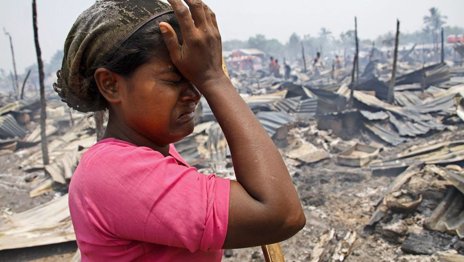 Eine Frau weint nach einem Brandunfall in einem Lager für Binnenvertriebene