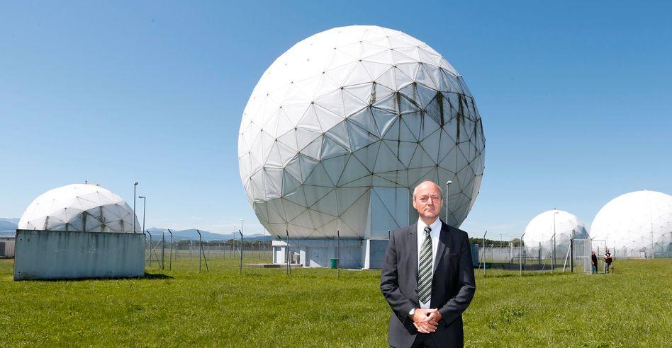 BND-Chef Schindler vor Abhöranlagen der NSA (Archivbild): Viele Fragen zu klären