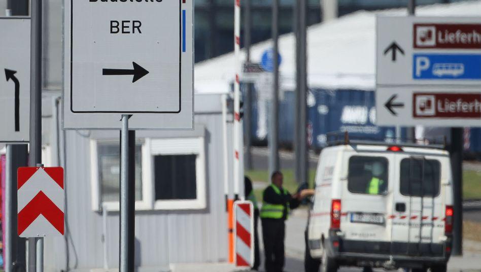 Kontrolle am Eingang der Flughafen-Baustelle: Vom Hauptzollamt Potsdam aufgegriffen