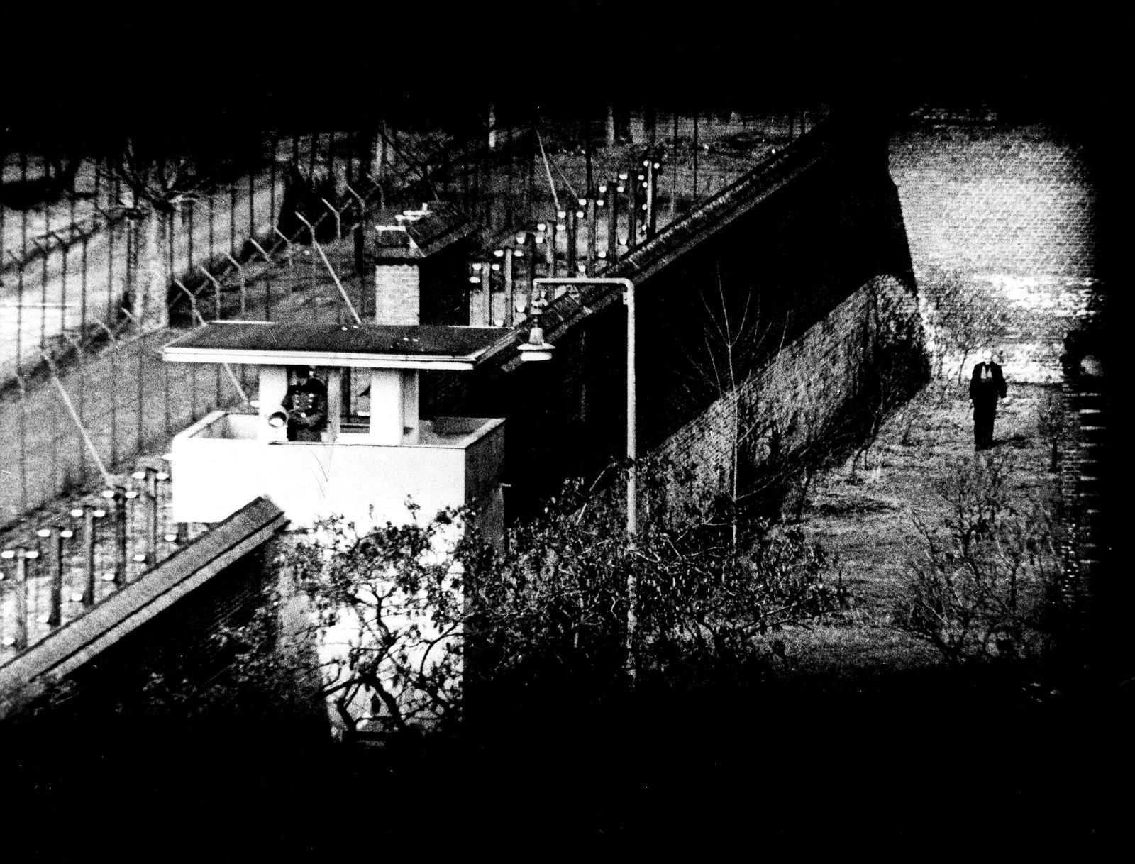 Kriegsverbrecher-Gefängnis Berlin Spandau: im Gefängnishof: Albert Speer