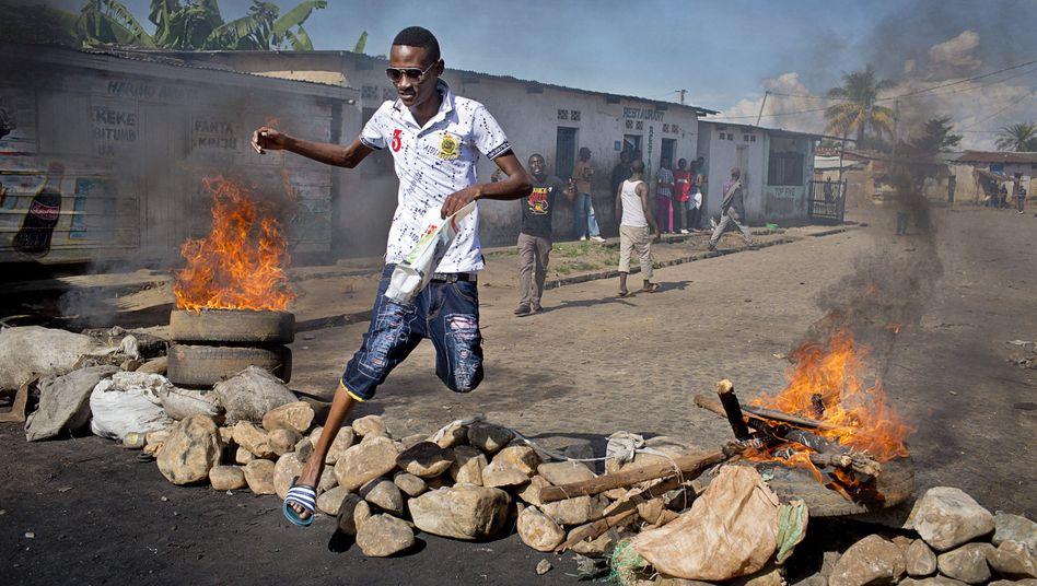 Wochenlange Proteste: Brennende Straßenbarrikaden in Burundi