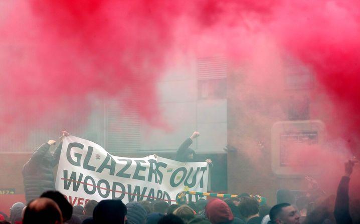 Pyrotechnik und Spruchbänder: Die Proteste vor Old Trafford