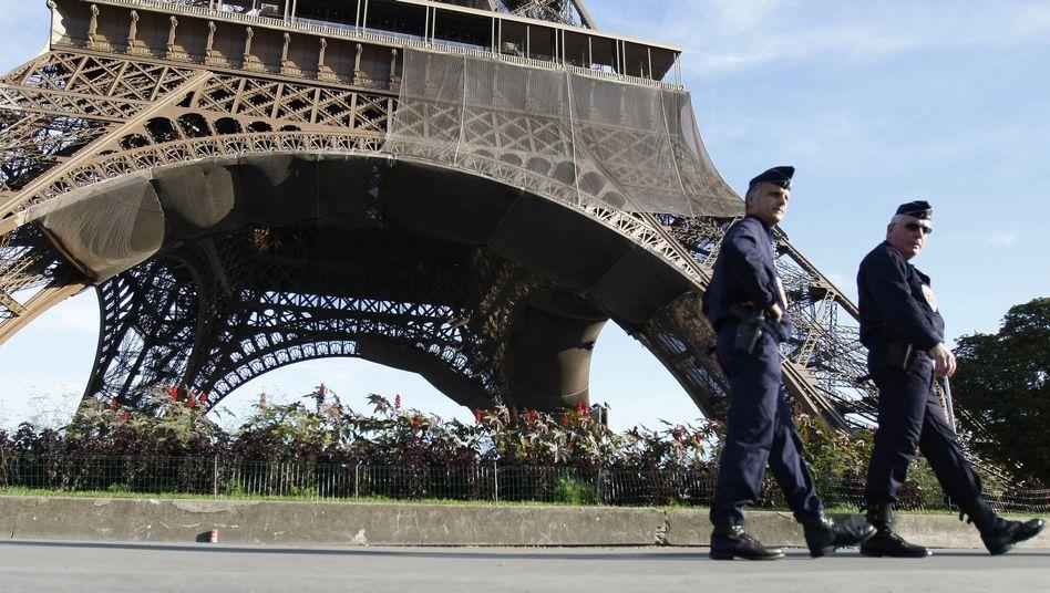 Polizisten am Eiffelturm (2010): Mehrfache Drohungen gegen das Wahrzeichen