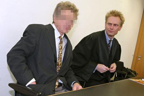 Der Professor (links, mit seinem Verteidiger): Milde Strafe für unmoralisches Angebot