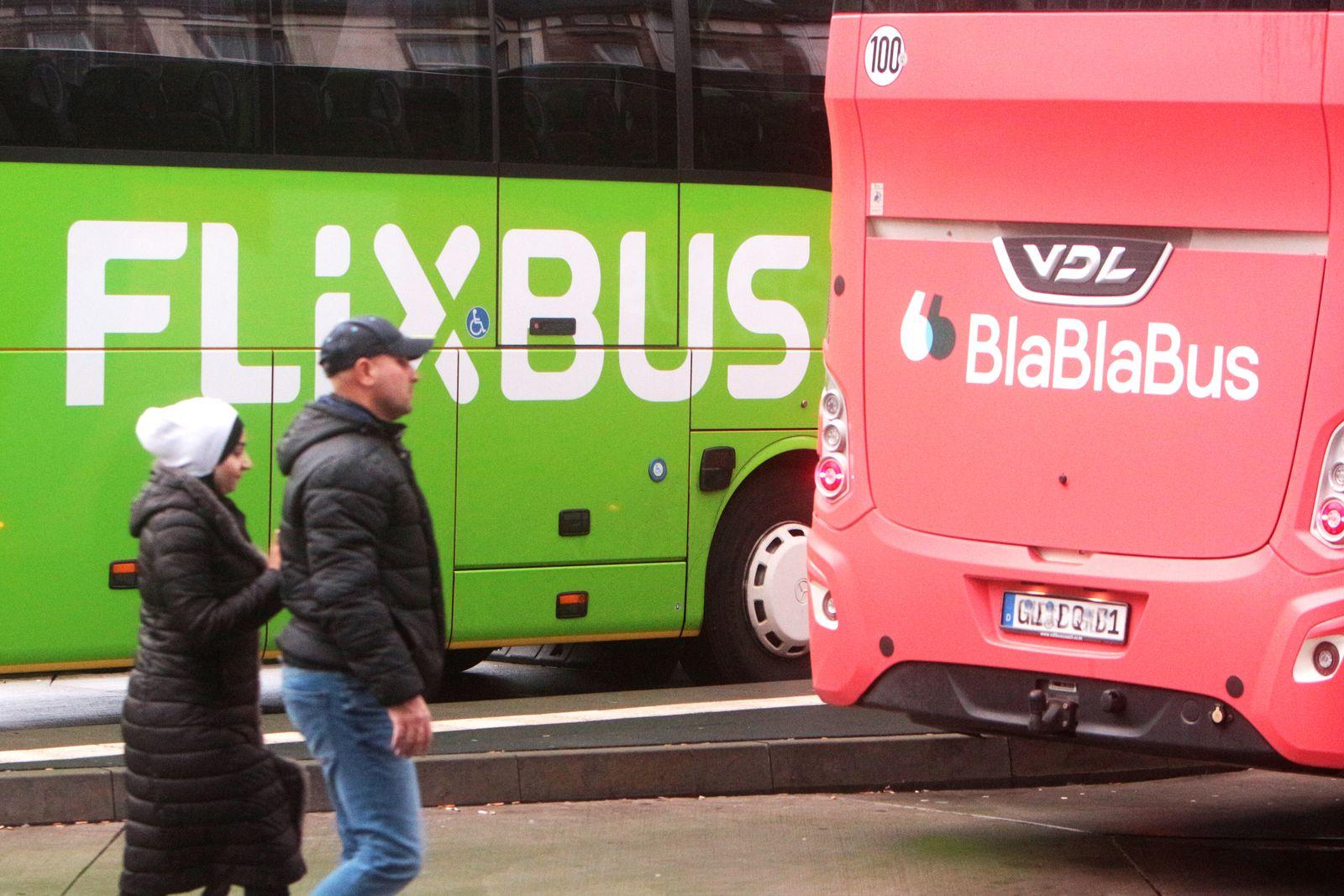 Fernbus der Gesellschaft Flixbus steht neben einem Blablabus am ZOB Zentraler Omnibusbahnhof am Hauptbahnhof Frankfurt,