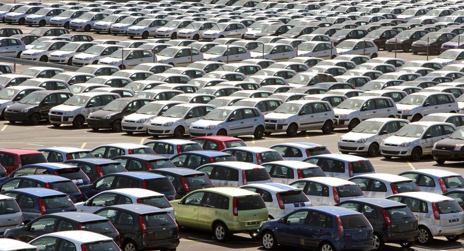 Neuwagen auf dem Werksgelände der Ford Werke GmbH in Köln-Niehl