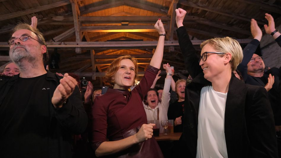 Katja Kipping und Susanne Hennig-Wellsow von der Linken freuen sich: Die Linke sieht in ihrem Ergebnis einen klaren Auftrag zur Regierungsbildung