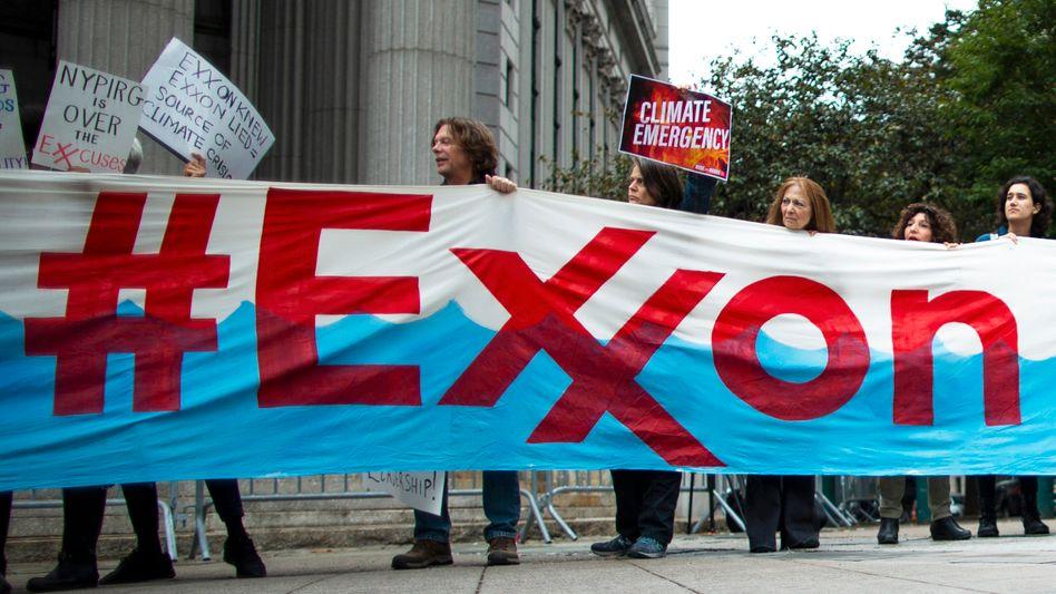 Aktivisten protestieren vor dem New Yorker Gericht gegen ExxonMobil: Keine ausreichenden Beweise