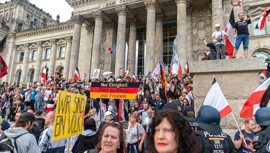 Demonstrierende vorm Reichstagsgebäude