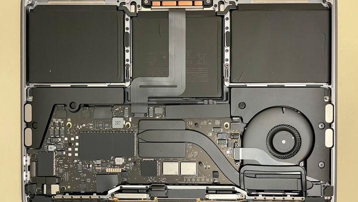 Blick ins Innere: Links ein MacBook Pro von Ende 2016, rechts das neue Modell