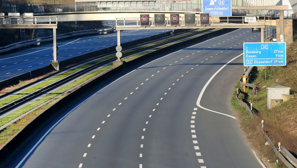 Leere Autobahn A40 Richtung Essen am Morgen des Sonntag, 22. März 2020.