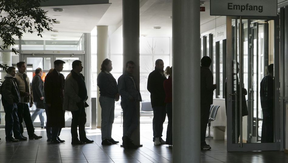 Schlange vor einer Arbeitsagentur: Strafen für Hartz-IV-Empfänger auf Rekordstand