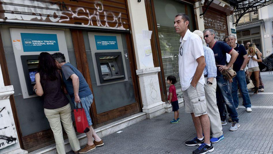 """Schlange am Geldautomaten: """"Die Griechen gehen mit der Situation viel gelassener um als die meisten Journalisten und Politiker"""""""