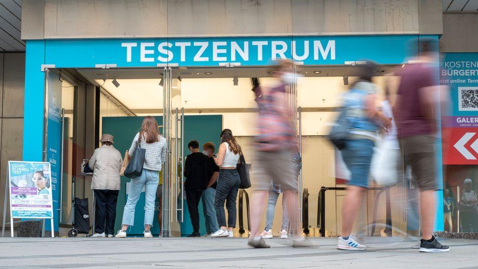Corona-Testzentrum in München: »Die Hälfte unserer Teststellen rechnet sich jetzt schon kaum noch.«