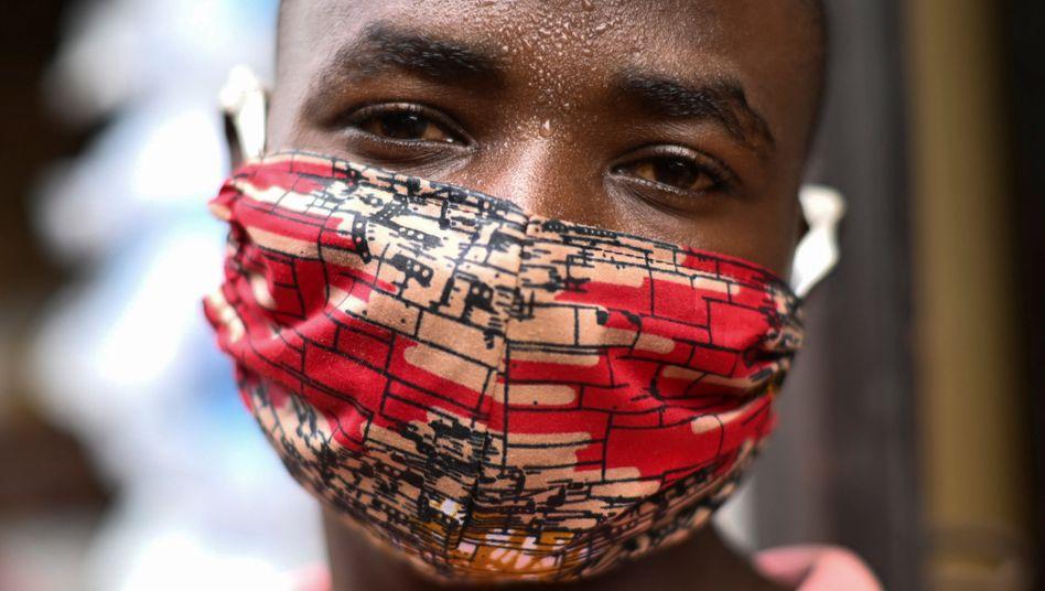 Verkäufer mit handgemachter Maske in Ruanda: »In soziale Sicherungssysteme investieren, Steuern für die Reichsten erhöhen«