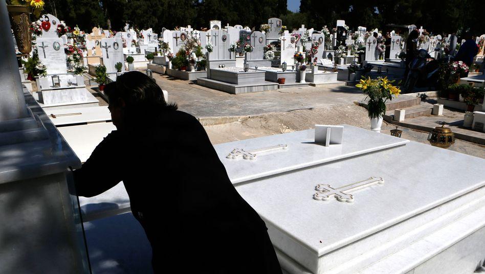 Trauernde auf einem Athener Friedhof