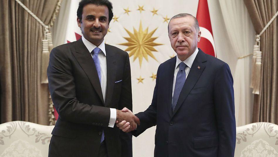 Scheich Tamim bin Hamad al-Thani (l), Emir von Katar, und Recep Tayyip Erdogan.