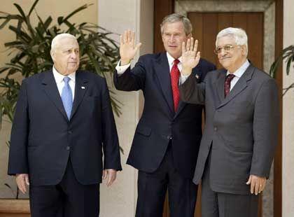 Israels Premier Scharon, US-Präsident Bush und Palästinenserchef Abbas beim Dreiergipfel: vergebliche Apelle für den Frieden