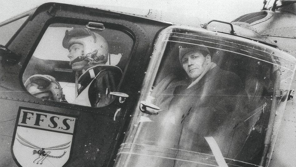 """Polizeisenator Schmidt (r.) beim Rundflug am 17. Februar 1962:""""Lauter aufgeregte Hühner"""""""