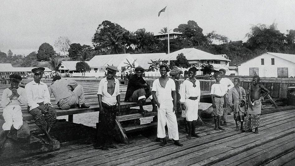 Hafenansicht (um 1910): Einheimische auf der Landungsbrücke im Ort Douala