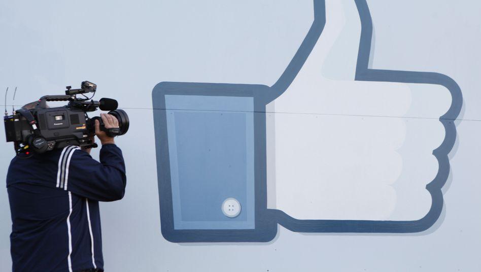 Facebook-Daumen (Archivbild): Bundesregierung will Selbstregulierung stärken