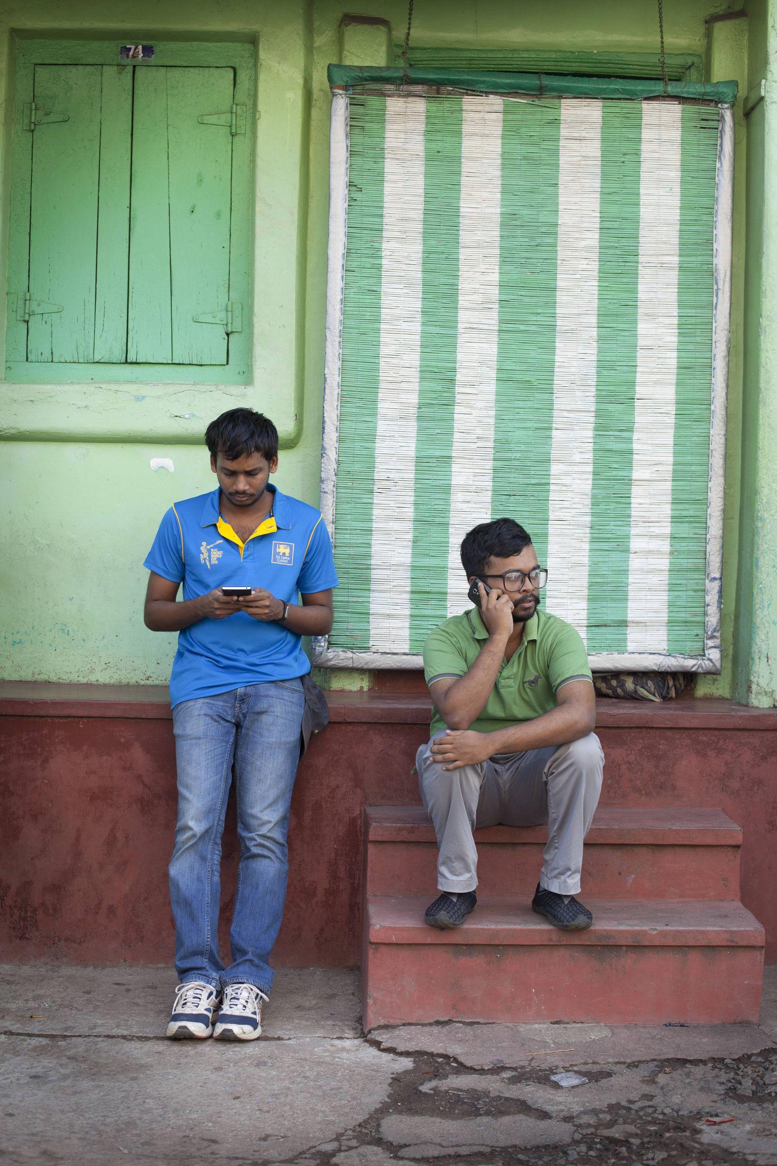 EINMALIGE VERWENDUNG Sri Lanka/ Colombo/ Junge Männer mit Handys/ Smartphones