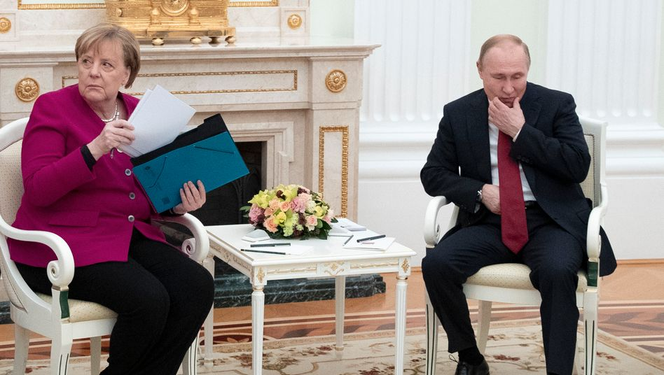 Merkel and Putin at the beginning of 2020 during their visit at the Kremlin: The relationship was burdened at the time, but not like it is today.