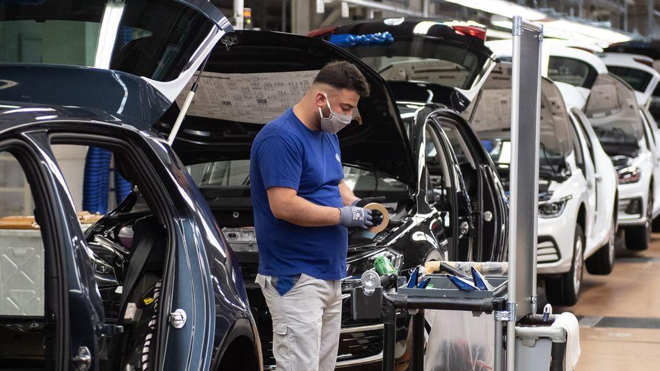 Mitarbeiter im VW-Werk in Wolfsburg (Archiv): Hersteller rechnen mit zunehmenden Exporten
