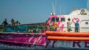 Sea-Watch kommt überfülltem Banksy-Rettungsschiff zur Hilfe