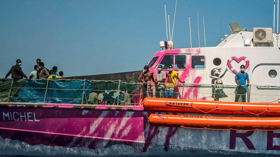 """Schiffbrüchige Flüchtlinge an Bord der """"Louise Michel"""" (Foto vom 28. August)"""