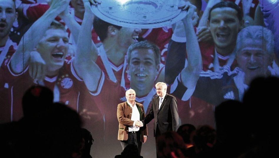 Bayern-Präsident Hoeneß, Landesvater Horst Seehofer bei der Meisterfeier am 12. Mai