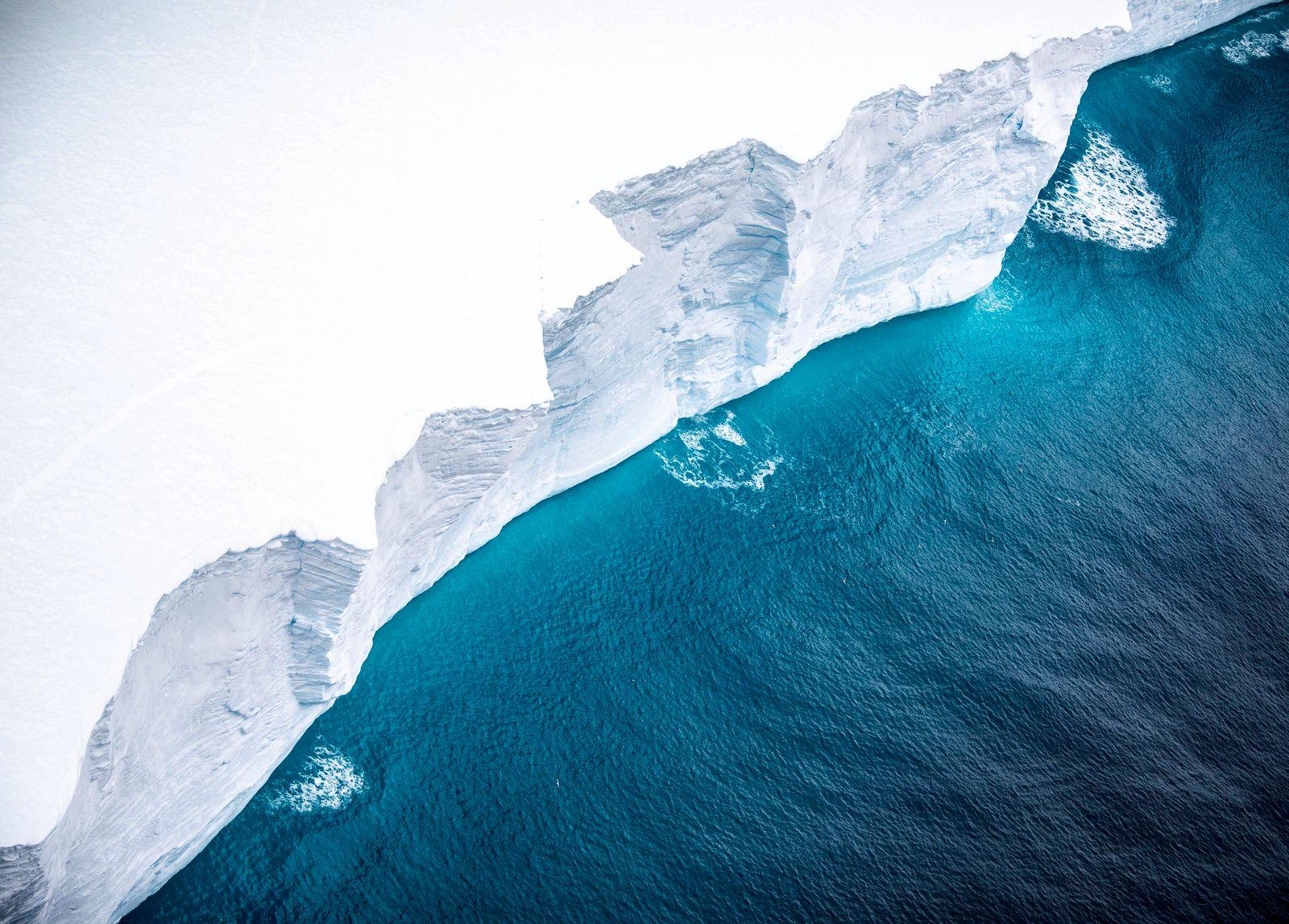 Eisberg auf Kollisionskurs mit Insel verliert großen Eisbrocken