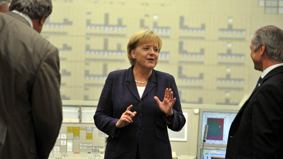 Kanzlerin Merkel in der Leitwarte des AKW Lingen mit Gerd Jäger, Vorstand von RWE Power