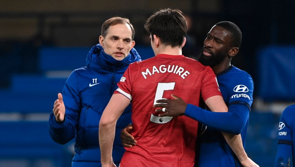 Thomas Tuchel nach dem Spiel mit Antonio Rüdiger und Uniteds Harry Maguire