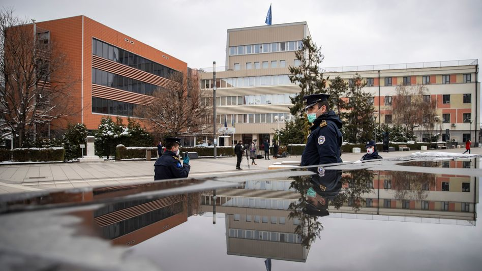 Polizisten vor dem Parlament in Pristina: Gesundheitssystem marode, Regierung in der Krise