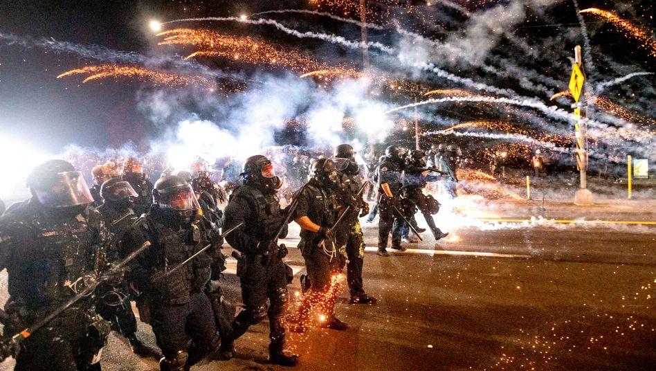 Polizisten gegen Demonstranten in Portland, Oregon (am 5. September): Deutliche Warnung des FBI